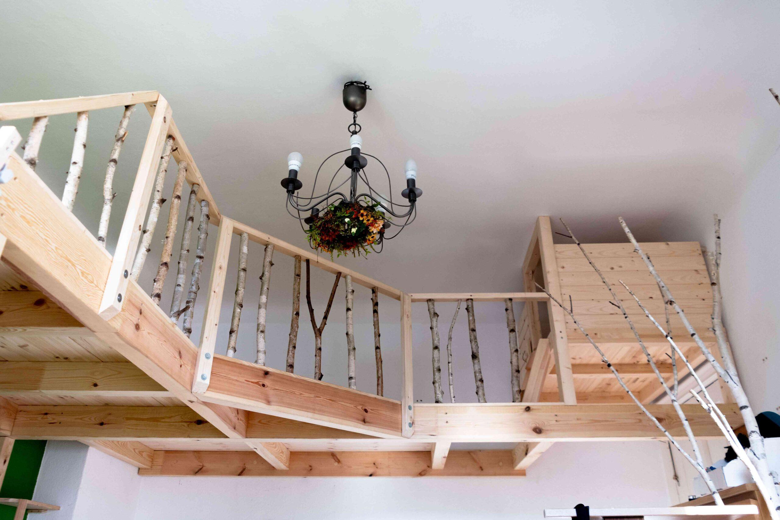 Cama elevada con barandilla natural