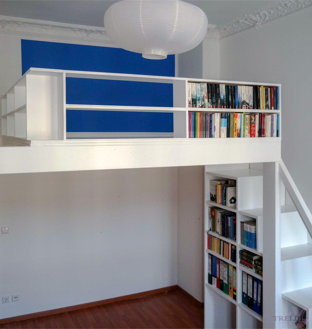 Hochbett mit Büchergeländer und Treppenregal