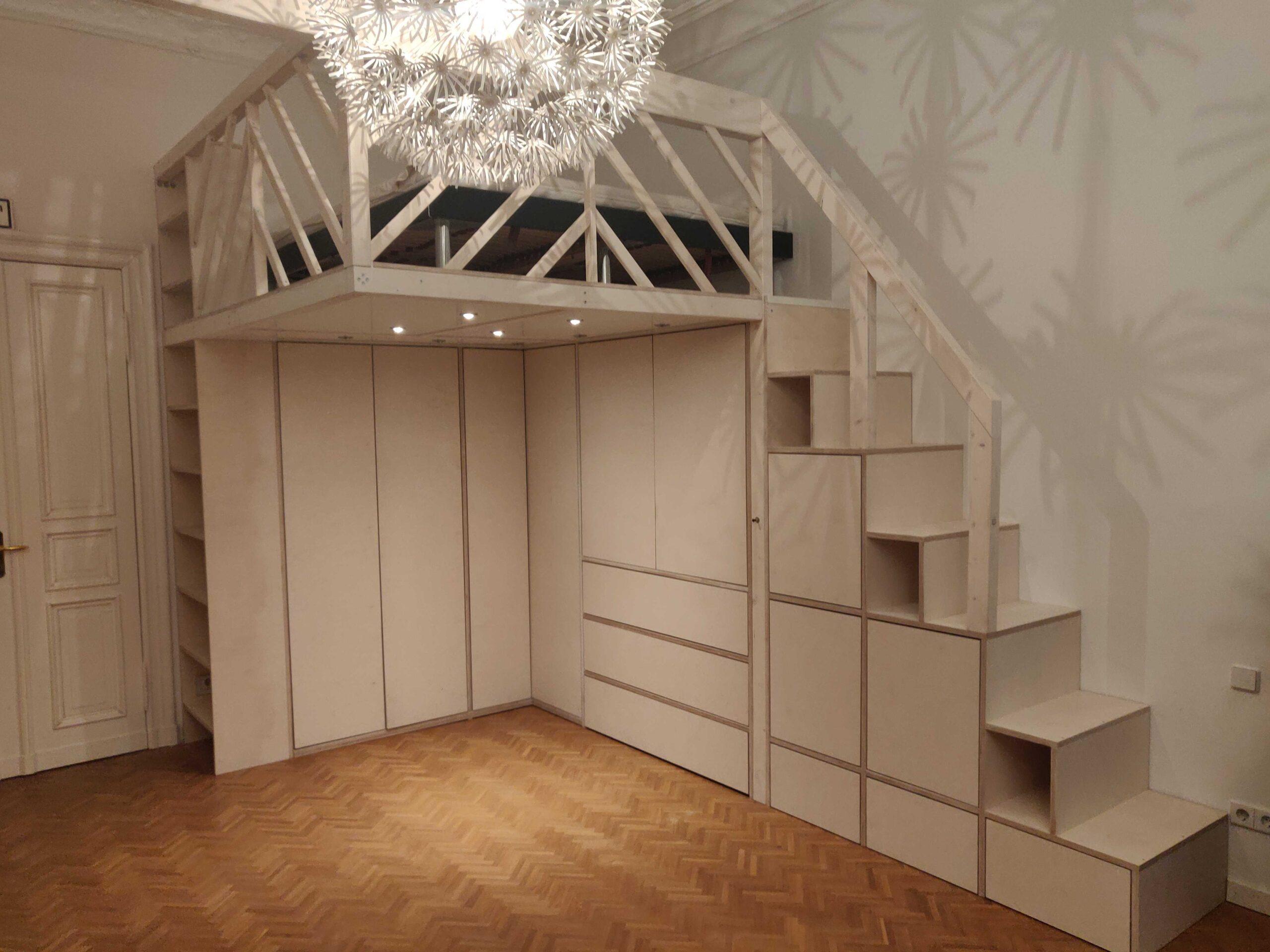 weißes Hochbett mit Kleiderschrank und Regaltreppe
