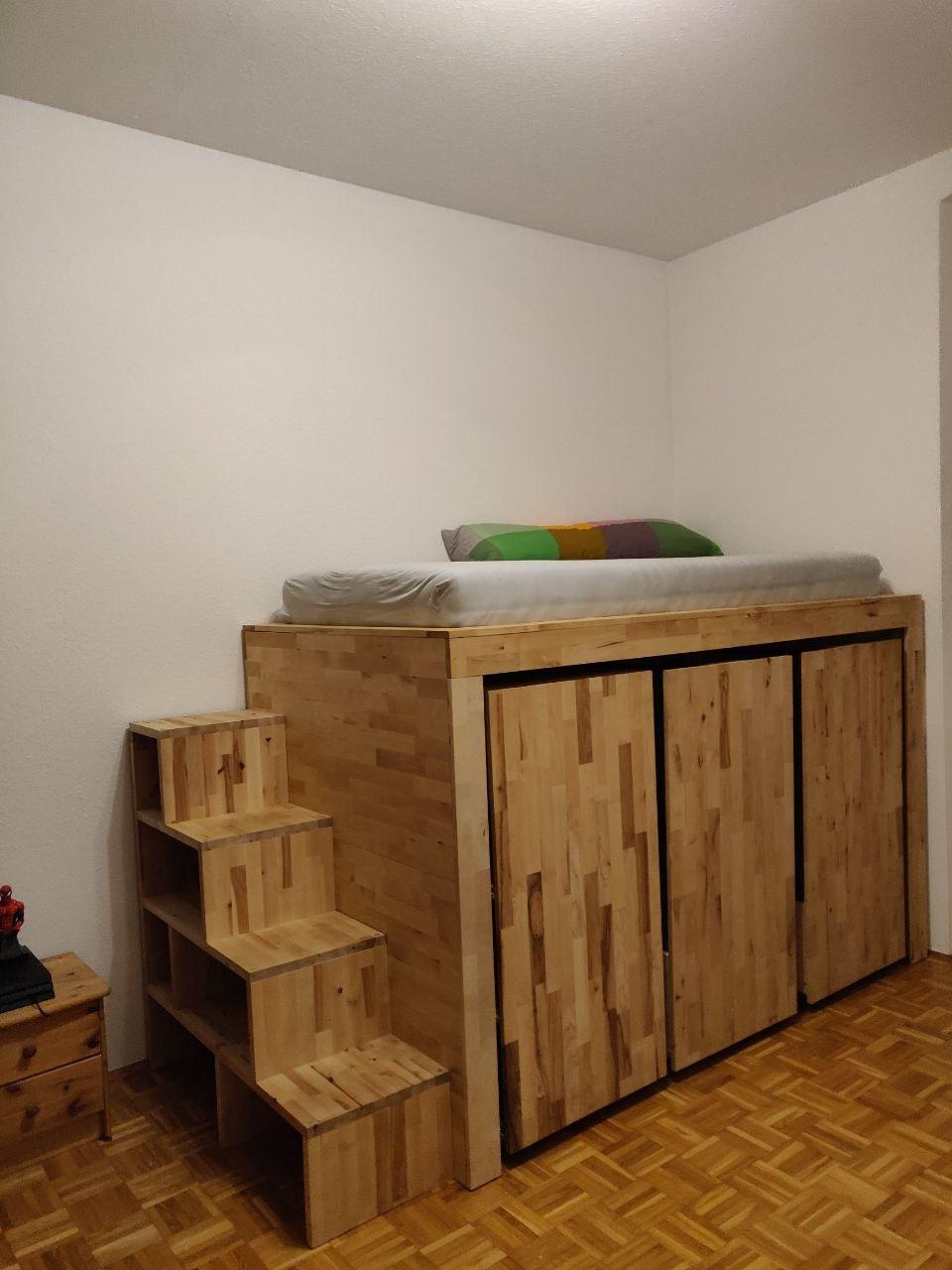 Podestbett mit Ausziehschränken und Regaltreppe
